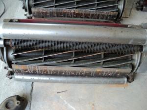 Lima besi yang anda boleh lihat tu ialah reel. Ia akan bersentuh dengan bedknife di bawah.