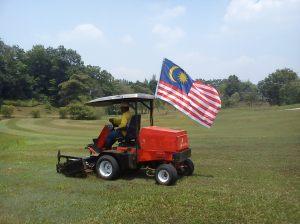 Sebuah mesin yang telah di bersihkan di pasang dengan bendera