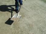 Gambar hiasan: membuang pasir yang terlalu tebal.